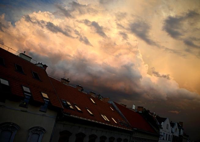 Summer storm moves in over Terézváros